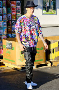 Justin Bieber wears an EXTREMELY jazzy shirt in LA - Is it jazzier than any of Harry Styles' jazzy shirts? Let's discuss.